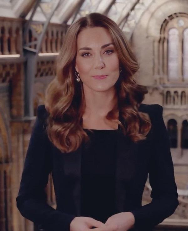 Công nương Kate được khen ngợi vẻ đẹp hoàn mỹ trong lần xuất hiện mới nhất khiến Meghan bị lép vế, cho thấy đẳng cấp hoàn toàn khác biệt-3