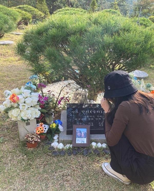 Sao Hàn đến viếng mộ Sulli trong ngày giỗ đầu: Xin lỗi vì đã khóc!-2