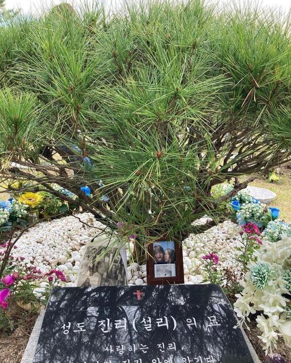 Sao Hàn đến viếng mộ Sulli trong ngày giỗ đầu: Xin lỗi vì đã khóc!-5