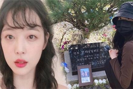 Sao Hàn đến viếng mộ Sulli trong ngày giỗ đầu: 'Xin lỗi vì đã khóc!'