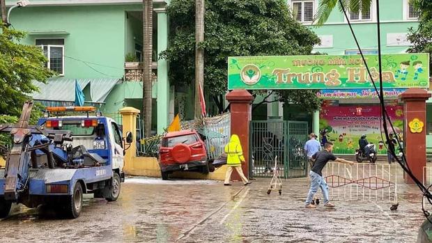 Hà Nội: Ô tô lao thẳng vào cổng trường mầm non, húc đổ hàng rào sắt-1