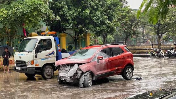 Hà Nội: Ô tô lao thẳng vào cổng trường mầm non, húc đổ hàng rào sắt-2