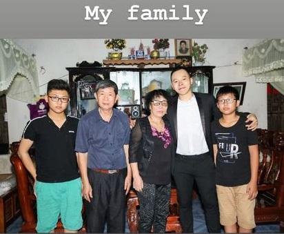 Vũ Khắc Tiệp đăng ảnh hiếm cùng bố mẹ ở quê nhà Nam Định, nhìn gia cảnh khác xa với cuộc sống xa hoa của ông bầu-1