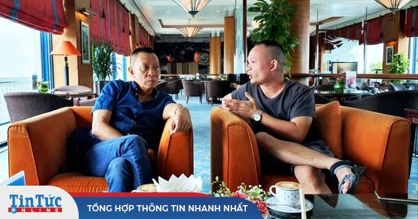 Nhà báo Lại Văn Sâm gây chú ý với khuôn mặt 'khó nịnh' khi ngồi cạnh con trai
