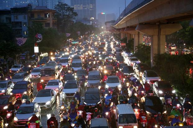 Hà Nội: Nhiều tuyến đường tắc cứng, người dân vật vã về nhà trong cơn mưa tầm tã do ảnh hưởng của bão số 7-1