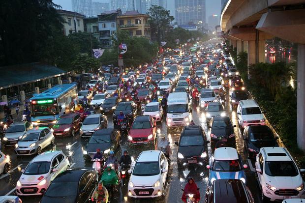 Hà Nội: Nhiều tuyến đường tắc cứng, người dân vật vã về nhà trong cơn mưa tầm tã do ảnh hưởng của bão số 7-10