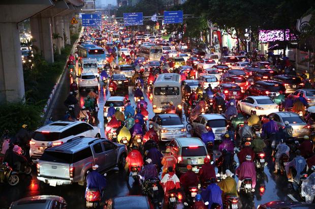 Hà Nội: Nhiều tuyến đường tắc cứng, người dân vật vã về nhà trong cơn mưa tầm tã do ảnh hưởng của bão số 7-2
