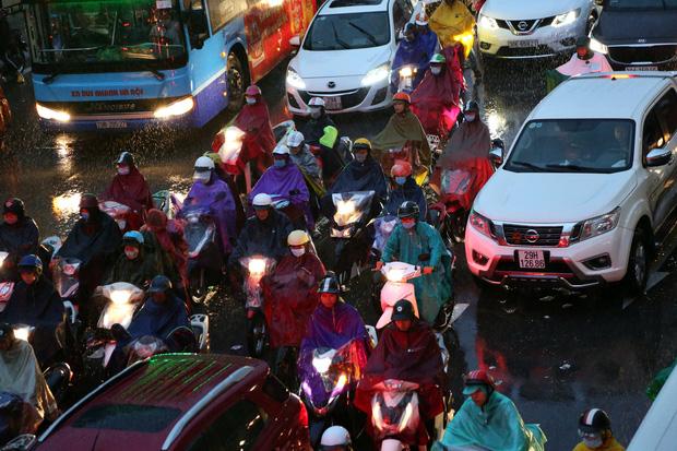 Hà Nội: Nhiều tuyến đường tắc cứng, người dân vật vã về nhà trong cơn mưa tầm tã do ảnh hưởng của bão số 7-4