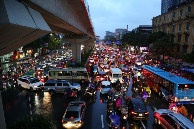 Hà Nội: Nhiều tuyến đường tắc cứng, người dân vật vã về nhà trong cơn mưa tầm tã do ảnh hưởng của bão số 7-5