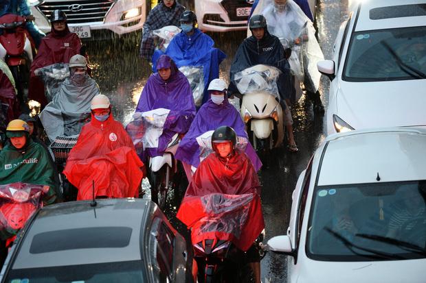 Hà Nội: Nhiều tuyến đường tắc cứng, người dân vật vã về nhà trong cơn mưa tầm tã do ảnh hưởng của bão số 7-8