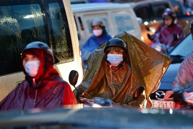 Hà Nội: Nhiều tuyến đường tắc cứng, người dân vật vã về nhà trong cơn mưa tầm tã do ảnh hưởng của bão số 7-9