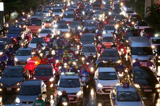 Hà Nội: Nhiều tuyến đường tắc cứng, người dân vật vã về nhà trong cơn mưa tầm tã do ảnh hưởng của bão số 7-11