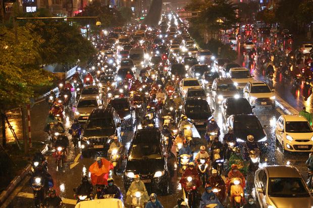 Hà Nội: Nhiều tuyến đường tắc cứng, người dân vật vã về nhà trong cơn mưa tầm tã do ảnh hưởng của bão số 7-13