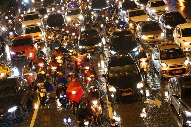 Hà Nội: Nhiều tuyến đường tắc cứng, người dân vật vã về nhà trong cơn mưa tầm tã do ảnh hưởng của bão số 7-14