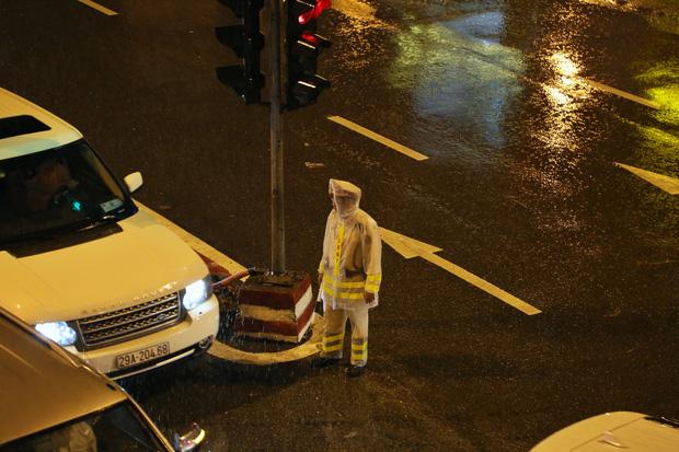 Hà Nội: Nhiều tuyến đường tắc cứng, người dân vật vã về nhà trong cơn mưa tầm tã do ảnh hưởng của bão số 7-15