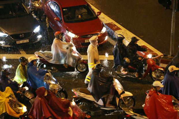 Hà Nội: Nhiều tuyến đường tắc cứng, người dân vật vã về nhà trong cơn mưa tầm tã do ảnh hưởng của bão số 7-17