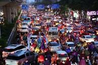 Hà Nội: Nhiều tuyến đường tắc cứng, người dân 'vật vã' về nhà trong cơn mưa tầm tã do ảnh hưởng của bão số 7