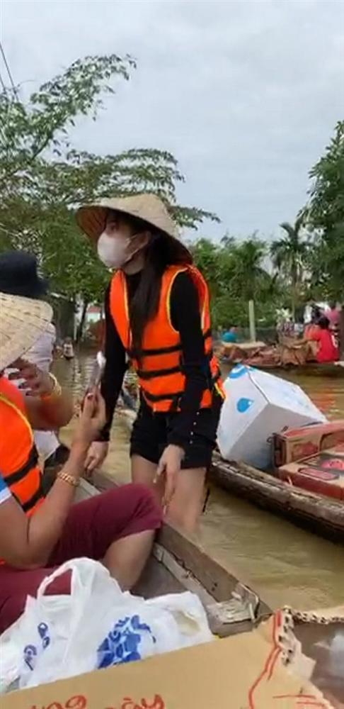 Thủy Tiên tự tay đẩy ghe vào vùng ngập lụt, tiết lộ lý do livestream phát đồ tiếp tế cho người dân-2