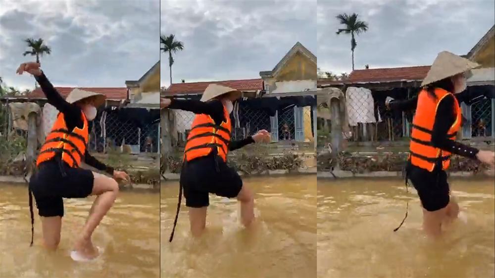 Thủy Tiên tự tay đẩy ghe vào vùng ngập lụt, tiết lộ lý do livestream phát đồ tiếp tế cho người dân-4