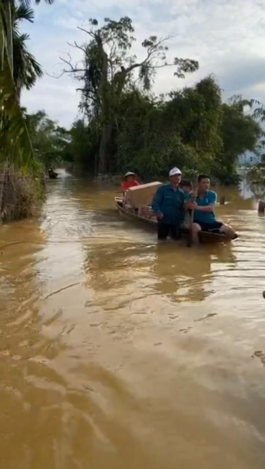 Thủy Tiên tự tay đẩy ghe vào vùng ngập lụt, tiết lộ lý do livestream phát đồ tiếp tế cho người dân-6