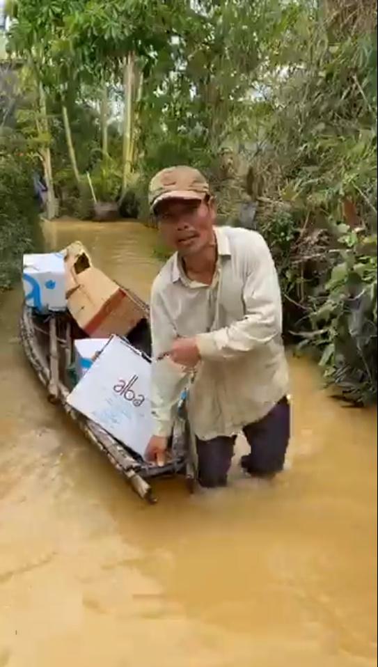 Thủy Tiên tự tay đẩy ghe vào vùng ngập lụt, tiết lộ lý do livestream phát đồ tiếp tế cho người dân-7