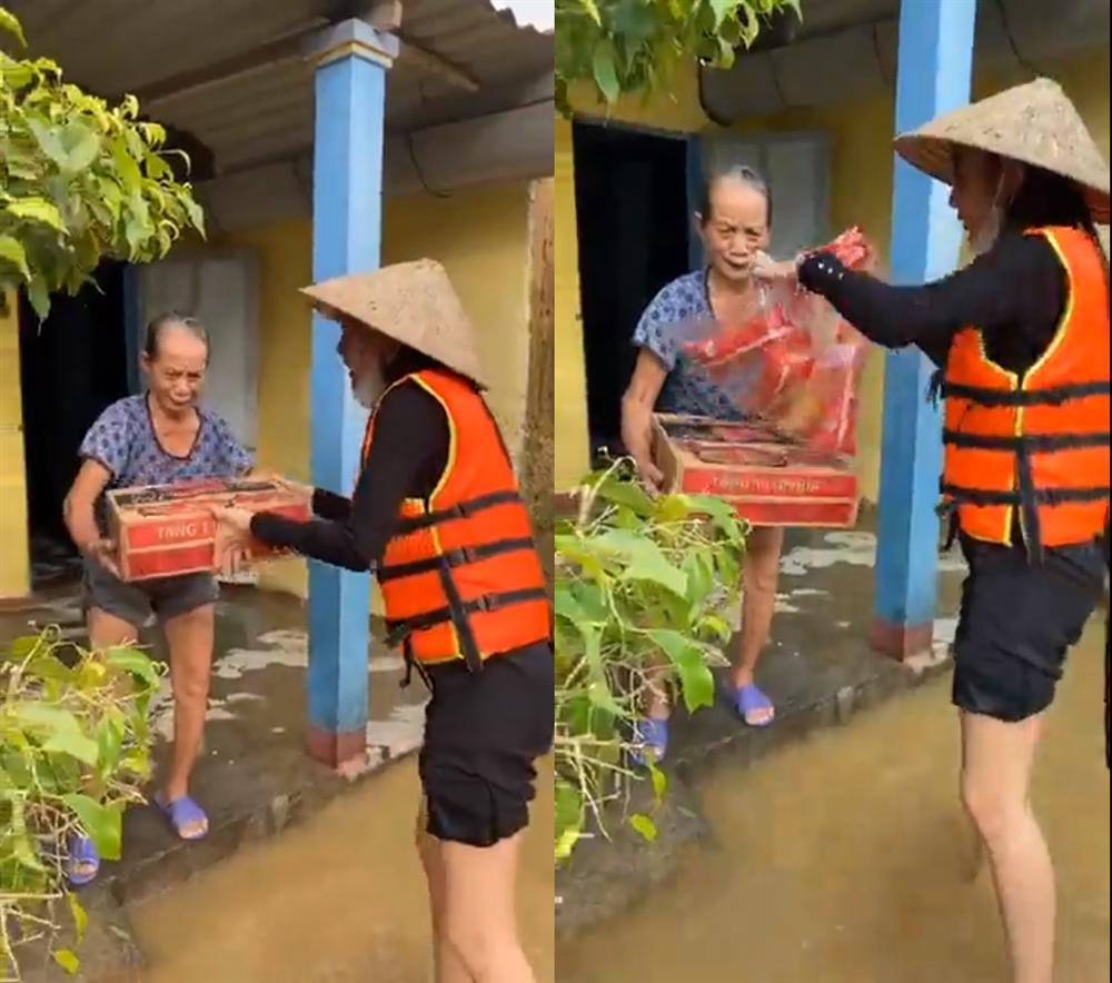 Thủy Tiên tự tay đẩy ghe vào vùng ngập lụt, tiết lộ lý do livestream phát đồ tiếp tế cho người dân-8