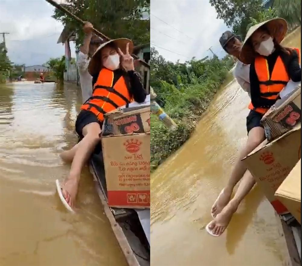Thủy Tiên tự tay đẩy ghe vào vùng ngập lụt, tiết lộ lý do livestream phát đồ tiếp tế cho người dân-10