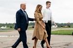 Khoảnh khắc khó hiểu giữa vợ chồng ông Donald Trump trong buổi tranh luận bầu cử Tổng thống Mỹ cuối cùng gây bão cộng đồng mạng-4