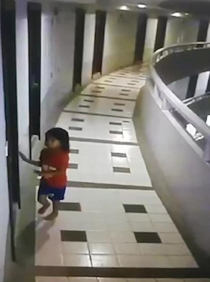 Con gái 10 tuổi cứ nửa đêm lại lẻn ra phòng khách ngủ, mẹ kiểm tra camera mới toát mồ hôi khi chứng kiến sự thật không ngờ tới-2