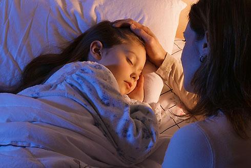 Con gái 10 tuổi cứ nửa đêm lại lẻn ra phòng khách ngủ, mẹ kiểm tra camera mới toát mồ hôi khi chứng kiến sự thật không ngờ tới-6
