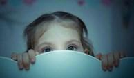 Con gái 10 tuổi cứ nửa đêm lại 'lẻn' ra phòng khách ngủ, mẹ kiểm tra camera mới 'toát mồ hôi' khi chứng kiến sự thật không ngờ tới