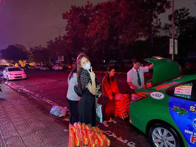 Thuỷ Tiên đã kêu gọi được 22 tỷ đồng sau 2 ngày, cảnh thân mảnh mai lội nước cứu trợ bà con miền Trung gây xúc động!-8