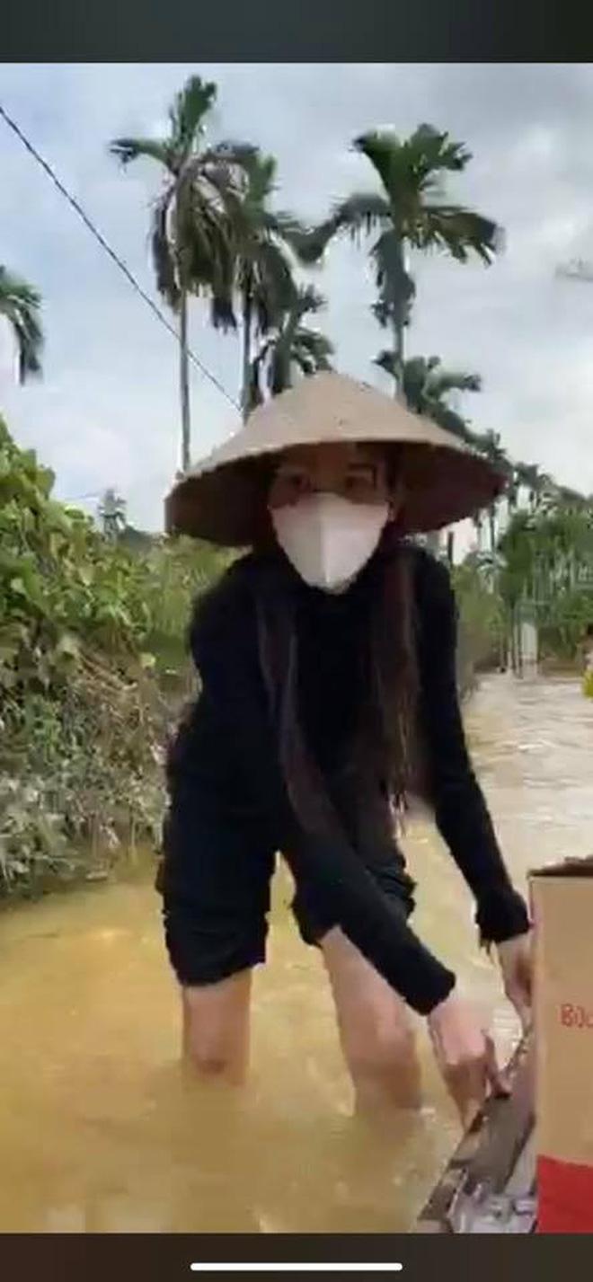 Thuỷ Tiên đã kêu gọi được 22 tỷ đồng sau 2 ngày, cảnh thân mảnh mai lội nước cứu trợ bà con miền Trung gây xúc động!-4