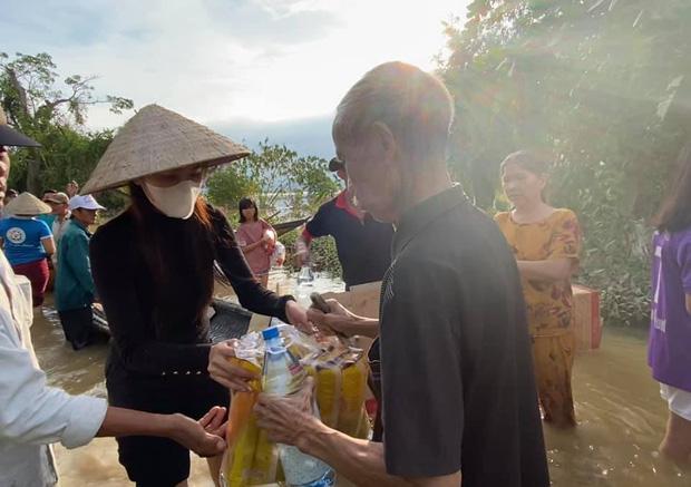 Thuỷ Tiên đã kêu gọi được 22 tỷ đồng sau 2 ngày, cảnh thân mảnh mai lội nước cứu trợ bà con miền Trung gây xúc động!-2