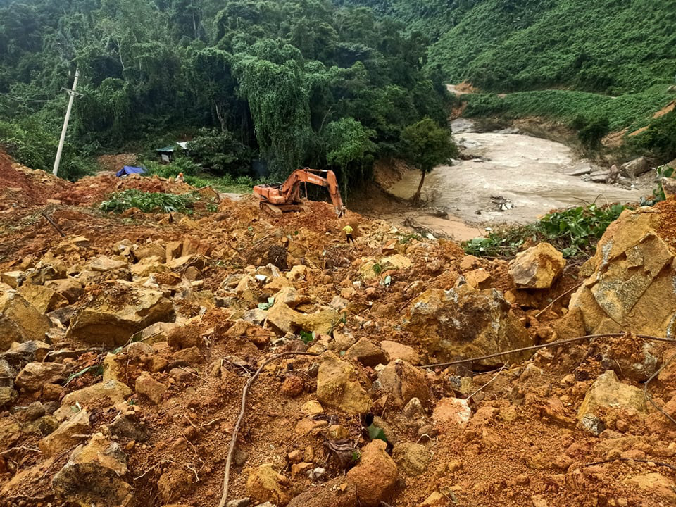 CẬN CẢNH: Kinh hoàng hiện trường sạt lở đất vùi lấp nhà điều hành Thủy điện Rào Trăng 3-6