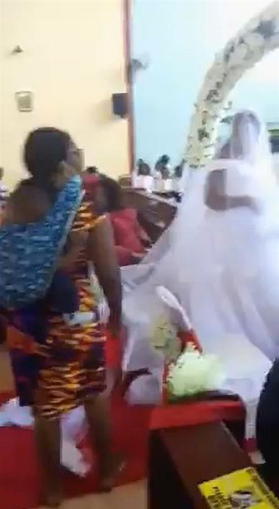 Đám cưới diễn ra linh đình thì người phụ nữ cõng 3 con đến tuyên bố một câu khiến quan khách há hốc, chú rể chỉ biết khoanh tay cúi mặt-3