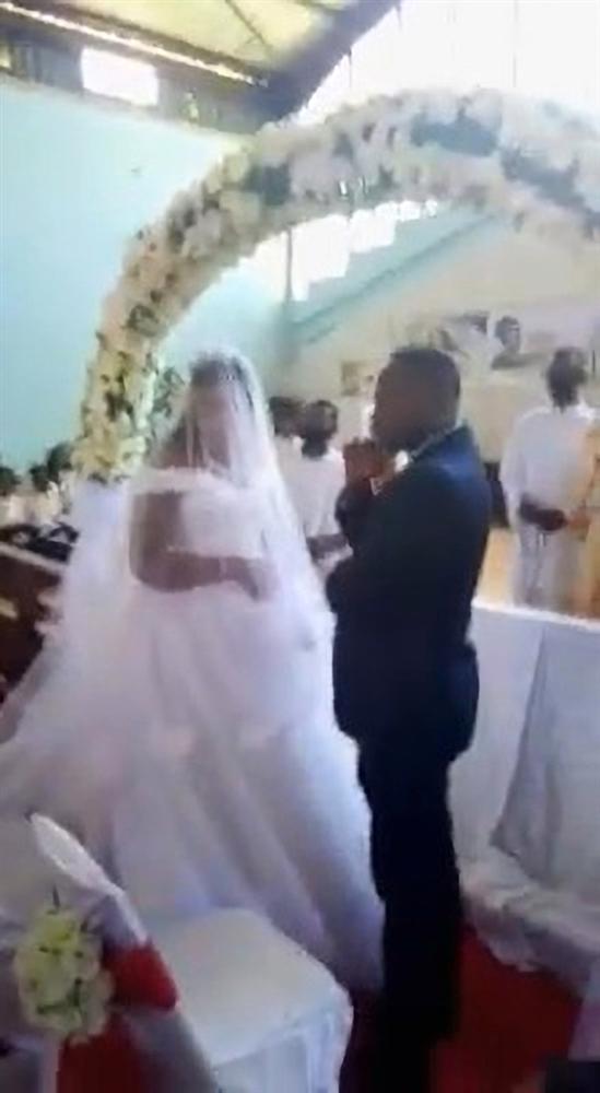 Đám cưới diễn ra linh đình thì người phụ nữ cõng 3 con đến tuyên bố một câu khiến quan khách há hốc, chú rể chỉ biết khoanh tay cúi mặt-4