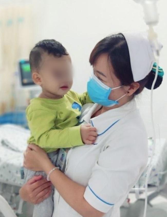 TP.HCM: Bé trai 2 tuổi khóc thét, nhập viện cấp cứu sau khi người nhà cho uống dầu xoa bóp vì nhầm là siro-1