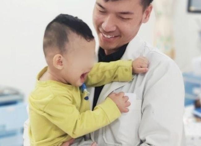 TP.HCM: Bé trai 2 tuổi khóc thét, nhập viện cấp cứu sau khi người nhà cho uống dầu xoa bóp vì nhầm là siro-2