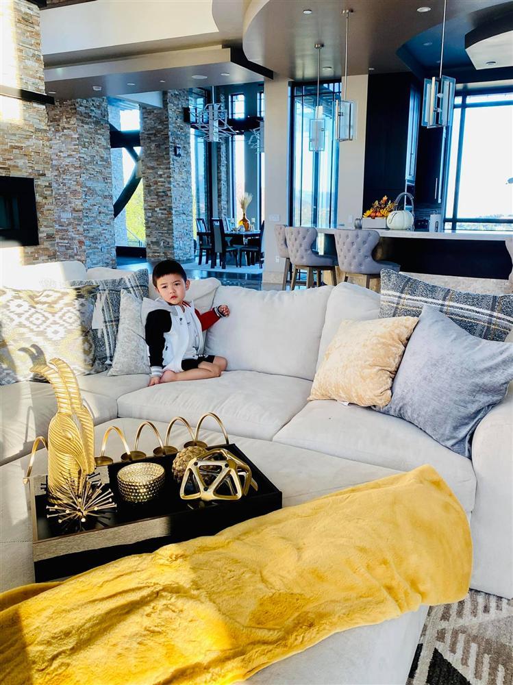 Bà xã Đan Trường khoe ảnh con trai yêu giúp mẹ trang trí nhà, ai cũng choáng ngợp với nội thất của căn biệt thự xa hoa-1