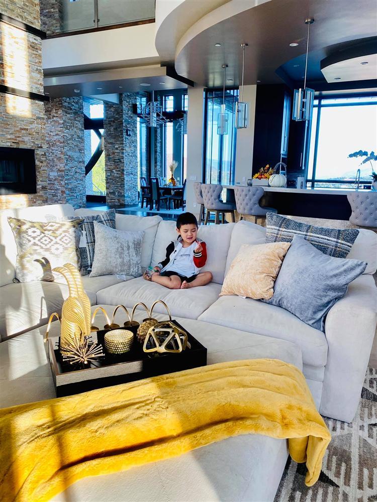 Bà xã Đan Trường khoe ảnh con trai yêu giúp mẹ trang trí nhà, ai cũng choáng ngợp với nội thất của căn biệt thự xa hoa-2
