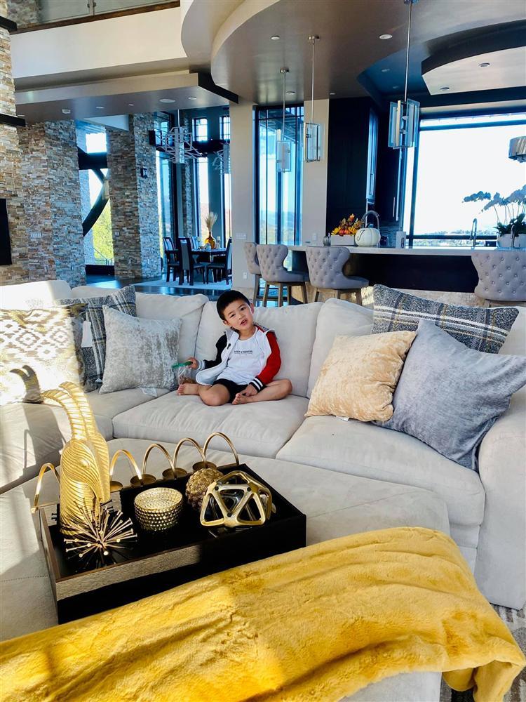 Bà xã Đan Trường khoe ảnh con trai yêu giúp mẹ trang trí nhà, ai cũng choáng ngợp với nội thất của căn biệt thự xa hoa-3