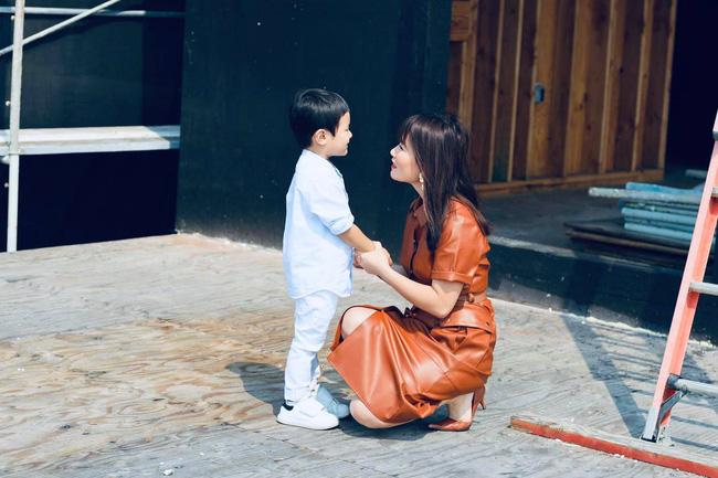 Bà xã Đan Trường khoe ảnh con trai yêu giúp mẹ trang trí nhà, ai cũng choáng ngợp với nội thất của căn biệt thự xa hoa-7