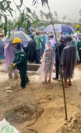 Nhiều người dân tiễn đưa 2 mẹ con người phụ nữ bị nước lũ cuốn trôi ở Huế: Ngoài trời vẫn mưa...-2