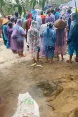 Nhiều người dân tiễn đưa 2 mẹ con người phụ nữ bị nước lũ cuốn trôi ở Huế: Ngoài trời vẫn mưa...-3