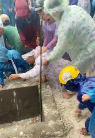 Nhiều người dân tiễn đưa 2 mẹ con người phụ nữ bị nước lũ cuốn trôi ở Huế: Ngoài trời vẫn mưa...-4