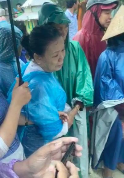 Nhiều người dân tiễn đưa 2 mẹ con người phụ nữ bị nước lũ cuốn trôi ở Huế: Ngoài trời vẫn mưa...-5