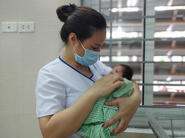 Hà Nội: Bé trai sơ sinh bị bỏ rơi trong túi nilon dưới góc cây ven đường giữa trời mưa lớn mưa lớn-1