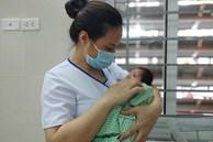 Hà Nội: Bé trai sơ sinh bị bỏ rơi trong túi nilon dưới góc cây ven đường giữa trời mưa lớn mưa lớn