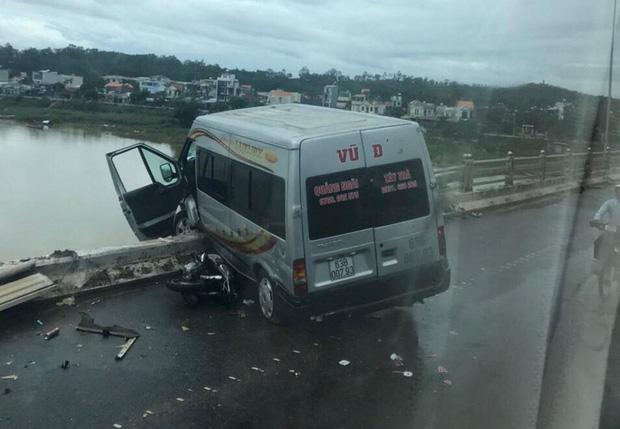 Tai nạn giao thông liên hoàn trên cầu khiến xe khách suýt rơi xuống sông-1